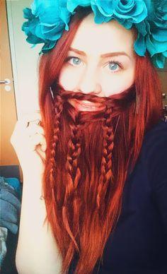 La nouvelle mode bizarre des femmes qui tressent leurs cheveux en forme de barbe