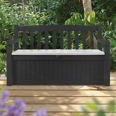 Deze mooi afgewerkte garden bench opbergbox van Keter is gemaakt van duurzaam materiaal en heeft een hout uitstraling. De box is speciaal ontwikkeld om uw stoelkussens en andere spullen in op te bergen. Daarnaast is deze opbergbox ook te gebruiken als een tuinbank waar u lekker op kunt zitten. Het duurzame materiaal waarvan de box gemaakt is heeft een ventilerende werking, maar is tegelijkertijd wel spatwaterdicht. Met behulp van een hangslot (niet meegeleverd) kunt u de opbergbox afsluiten.