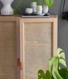 Onze 8 favorite IKEA hacks and with the iconic IKEA Kallax boekenkast.Onze 8 favorite IKEA hacks and with the iconic IKEA Kallax boekenkast. Rattan Furniture, Retro Furniture, Shabby Chic Furniture, Diy Furniture Ikea, Furniture Buyers, Furniture Cleaning, Furniture Nyc, Furniture Dolly, Furniture Stores