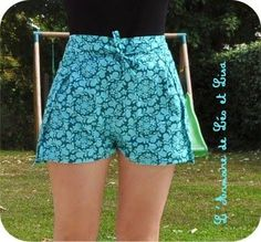 Foto deleo et lisa.over-blog  foto dePlan B  Otra idea fácil y divertida para este verano. Hacer unos shorts de playa reciclando un pañuelo.  No hace falta tener experiencia en costura. Estos pantalones van directamente anudados a la cintura, sin botones ni cremalleras y son muy fáciles de hacer.  Solo necesitas ... Seguir leyendo...