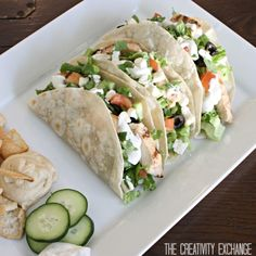 Greek Salad Tacos and Cucumber Dill Dressing. Just leave out chicken to make them kosher & vegetarian Greek Salad Tacos and Cucumber Dill Dressing. Just leave out chicken to make them kosher & vegetarian Easy Mediterranean Diet Recipes, Mediterranean Dishes, Greek Recipes, Mexican Food Recipes, Dinner Recipes, Brunch Recipes, I Love Food, Good Food, Tortilla Wraps