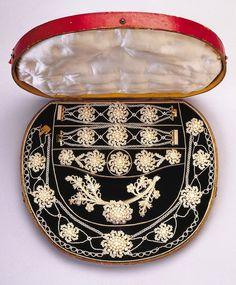 ca. 1830, Sckmuckset (zwei Armreife, Ohrringe, eine Brosche, Haarschmuck und Kette) aus Saatperlen, Perlmutt, Gold und Textilfaser (?), USA?