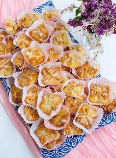 Rimbobullar är en blandning mellan wienerbröd och vanliga bullar. Fyllda med vaniljsmör och glaserade med socker, väldigt goda. Det är mycket smör i degen och därför påminner dom om wienerbröd. Bagan, Zeina, Bread Bun, Piece Of Bread, Swedish Recipes, Dessert Recipes, Desserts, Deli, No Bake Cake