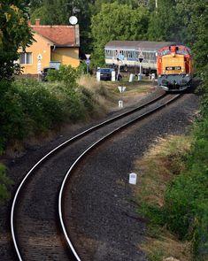 A nap fotója: A MÁV retrohétvégét tartott a Balatonon - Librarius. Diesel Locomotive, Hungary, Railroad Tracks, World, Railroad Photography, Train Tracks, Peace, The World