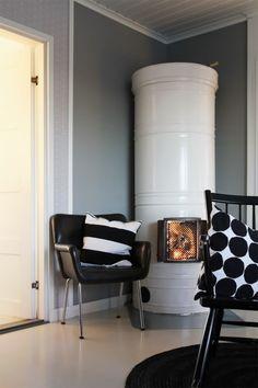Pönttöuuni, kukkapuron tuoli, keinutuoli 50-luvulta, Marimekko. Fireplace, chair of Kukkapuro, rocking chair form 50's, Marimekko. Funky Painted Furniture, Painted Chairs, Modern Furniture, Furniture Design, Painted Tables, Cottage Design, House Design, Design Design, Modern Chairs