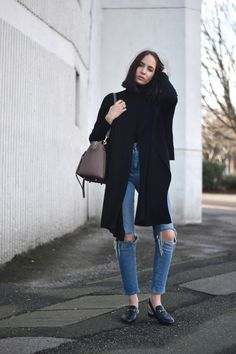 I love the colour of these jeans with an all black look, a perfect combination!