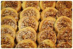 Další novinkou letošních Vánoc jsou medová hnízda – křehké těsto smedovo-ořechovou náplní, které rozhodně ještě zopakujeme. Suroviny: 250 g hladké mouky na špičku nože prášku do pečiva 1 žloutek 150 g másla 100 g moučkového cukru 1 sáček vanilkového cukru náplň: 100 g medu 100 g jader vlašských ořechů (lískových ořechů, mandlí…) Postup: Ze surovin …