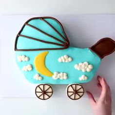 All these baby shower cake ideas are made with cupcakes!  Credit: @icingartist