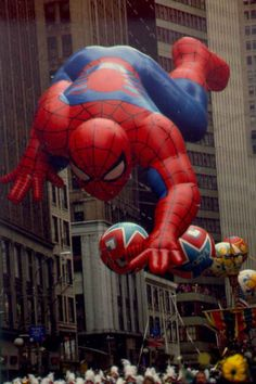 With humble beginnings in the Macy's Thanksgiving Day Parade has become a Thanksgiving staple for many American families. Macys Thanksgiving Parade, Big Crowd, Rare Images, Iconic Photos, Holiday Fun, Childhood Memories, Vintage Photos, Spiderman, Balloons