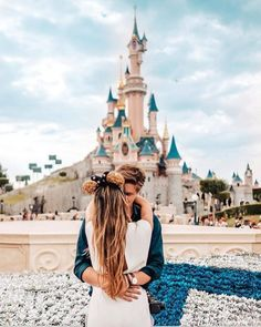 Cute couples disney world pictures, disney honeymoon, disney engagement. Disney World Fotos, Disneyland Couples, Disney Couples, Disney Land Pictures, Disney Poses, Disney Engagement, Engagement Ideas, Paris Couple, Disney Parque