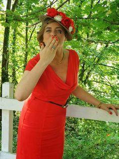 Canotier con velo. Vestido rojo liso con escote. Me encanta todo