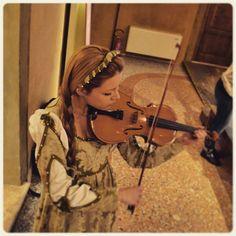 @elishathebest_Studentessa del conservatorio suona la viola deliziando gli ospiti all'incontro di gina nalini montanari al palazzo bonacossi #delphiinternational #igersferrara #rinascife2015 @comunediferrara @igersferrara