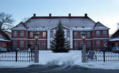 Hindsgavl Slot, Fyn - Hindsgavl Slot er en herregård og tidligere kongsgård og stamhus på en halvø i Vends Herred vest for Middelfart. Den nuværende bygning blev opført i 1784 efter tegninger af Hans Næss, slottet ligger tæt ved Hindsgavl Voldsted.