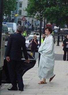 Sherlock, behind the scenes. Sherlock wrapped in his sheet on the street پشت صحنه شرلوک. شرلوک و پتوش تو خیابون پ.ن: فقط نگاه اون عابر پشت سرش . Sherlock Holmes Bbc, Sherlock Fandom, Benedict Cumberbatch Sherlock, Sherlock John, Martin Freeman, Chillout Zone, Detective, Benedict And Martin, 221b Baker Street