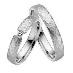 Siwas Beauty sind die Weißgold Trauringe mit dem aufwendigen Hammerschlag. Der Ring für das besondere Paar, das mit Hammerschlag Optik die Liebe dokumentiert