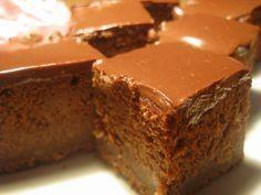 Omlós csokoládékocka – ezt nevezem én mennyei sütinek! Krémes csokoládé glazúrral, nagyon fincsi!