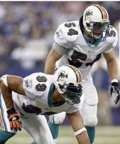 Nfl Football Players, Sport Football, Football Helmets, Football Images, Sports Images, American Football, Male And Female Animals, Miami Dolphins Players, Golf Stores