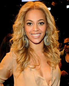 Beyonce has a regal #gold #blonde mane! They don't call her Queen B for nothing!!