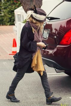 Mary-Kate Olsen. Love the layers!! (BTW: I H-A-T-E this blog, Sea of Shoes. Found this picture via pin though.)