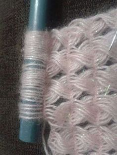 Ripple stitch + broomstick lace (sort of), very nice for shawls, etc.: photo from a Russian site; and here is a Turkish video that provides good demo instruction even if you don Crochet Flower Tutorial, Crochet Stitches Patterns, Lace Patterns, Baby Knitting Patterns, Crochet Flowers, Broomstick Lace Crochet, Hairpin Lace Crochet, Crochet Motif, Crochet Shawl