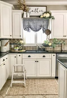 No kitchen design theme is complete without a great decor plan. Without the right home accessories and decor, your kitchen design can be boring and bland. Use this guide for creating great kitchen decor design and you'll be sure to Farmhouse Remodel, Farmhouse Style Kitchen, Modern Farmhouse Kitchens, New Kitchen, Home Kitchens, Farmhouse Decor, Long Kitchen, Country Kitchens, Ranch Remodel