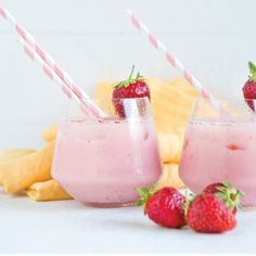 Blissful Berry Smoothie - coconut water, punnet of strawberries, 1 banana, 1 cup of natural yoghurt, add ice and blend. Strawberries to serve! Ninja Blender Recipes, Healthy Recipes, Healthy Foods, Juice Smoothie, Smoothies, Nutribullet, Health And Wellness, Berry, Healthy Living
