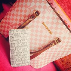 Best mk bags with your gifts ,just . all-discounts mk handbags,mk bags. Mk Handbags, Handbags Michael Kors, Michael Kors Jet Set, Cheap Michael Kors, Michael Kors Outlet, Mk Purse, Purse Wallet, Louis Vuitton Artsy, Handbag Stores