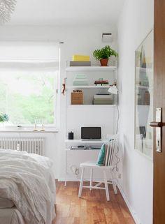 Na skrawku ściany w tej skandynawskiej sypialni zorganizowano pomysłowo kącik do pracy. Stanowią go półki i blat zamocowane na ażurowym metalowym stelażu oraz ażurowe białe krzesło. Nie dość, że elementy biura mają lekką konstrukcję, to w dodatku są białe, dzięki czemu wtapiają się dyskretnie w tło ściany.