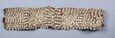 LEGA R.D. DU CONGO Large ceinture en vannerie recouverte d'un décor géométrique à base de cauris. L. 78 cm. - Cornette de Saint Cyr maison de ventes - 09/04/2014