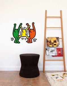 Family se décline en plusieurs formes, nombres et couleurs. Célébrez la famille avec ce sticker mural amusant de Keith Haring ;)