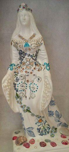 Belíssima Orixá Iemanjá com 40 cm de altura, perfeita para decorar o seu altar nos momentos de oração,pintada com fundo branco,decoupagem floral azul, totalmente customizada com cristais e pérolas