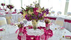 svadobná výzdoba v cyklámenovom prevedení cyklámenová farba s kryštálmi dodá svadbe punc exkluzivity, ktoré banketové stolovanie len podčiarkne