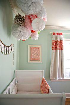 Ik hou van deze poëtische combinatie van papieren lampen en verfrommelde pompons in pastelkleur. Meer decoratie-ideeën voor de babykamer op de blog #sweethomesmartlife - #home #interiordesign #bedroom #lightings