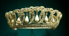 The Grand Duchess Vladimir Tiara. This tiara belonged to Russian Grand Duchess Vladimir and was purchased by Queen Mary. She passed it on to her granddaughter Queen Elizabeth II. Royal Crowns, Royal Tiaras, Crown Royal, Tiaras And Crowns, Czar Nicolau Ii, Princesa Margaret, Elisabeth Ii, Royal Jewelry, Queen Mary