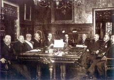 Consejo de Ministros, 1913. Alfonso XIII, a la derecha del rey, su primer ministro 'El Conde de Romanones'