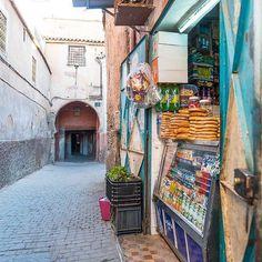 In den farbenfrohen Gässchen der Medina in Marrakesch.  Guten Wochenstart euch allen!  #littlecityinmarokko #flyedelweiss #marrakesh #medina