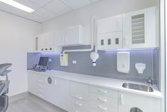 Our efficient Gold Coast Dental Surgery Design team design, cost & build your dental surgery to your specific needs. Clinic Interior Design, Clinic Design, Dental Surgery, Dental Implants, Dental Care, Cl Design, Dental Cabinet, Interior Design And Construction, White Cabinets