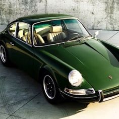 Vintage Porsche in racing green. Not a huge fan of the Porsche but I like this one. Porsche Classic, Classic Cars, Timeless Classic, Timeless Beauty, Porsche Autos, Porsche Macan, Porsche Cars, Porsche Carrera, 1964 Porsche