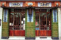 Farmacia Guinart está situada en la calle Gran de Sant Andreu nº 306, y fue fundada en el año 1896. Conserva prácticamente intactos sus elementos modernistas. En la fachada se puede observar el trabajo de hierro forjado con formas onduladas como motivo decorativo en los extremos y cubriendo la propia madera de las puertas.  Barcelona