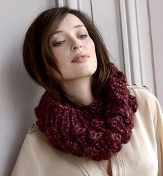Modèle snood fantaisie de noppes. Un effet XXL pour ce snood en point fantaisie de noppes. Modèle tricoté dans un gros fil en tricotin, poilé et lustré.