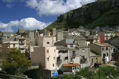 Ville de Corleone, Sicile. http://www.lonelyplanet.fr/article/la-sicile-loin-des-touristes #corleone #village #leparrain #sicile #italie #voyage
