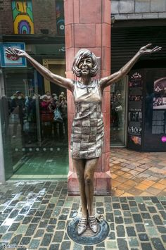 Cilla Black back in Mathew Street Liverpool. Liverpool Life, Liverpool History, Liverpool England, Fun With Statues, Sculpture Art, Sculptures, Cilla Black, Installation Street Art, Pavement Art