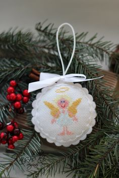 Vánoční+dekorace+z+plsti+-+andílek+Ručně+vyšívaná+vánoční+dekoracez+plsti.+Dekorace+je+vhodná+k+zavěšení+na+vánoční+stromeček,+můžeme+ji+také+za+přišité+poutko+zavěsit+třeba+za+kliku+u+okna+nebo+u+dveří.+Rozměr+-cca+8cm.+Uvedená+cena+je+za+1+ks.