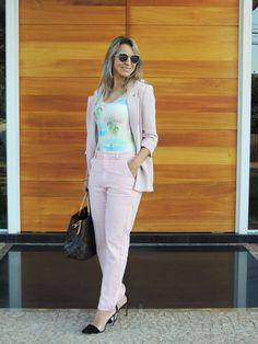 Calça rosa, body estampado, casaco rosé, óculos dior