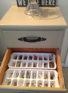 de bakjes om ijsklontjes in te maken gebruiken voor het opbergen en sorteren van je oorbellen/ringen