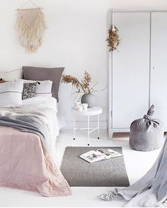 What I wouldn't give to snuggle up into this cozy bedroom! I'm in love. Even more so since I've been up all night with crying kids. Bedroom dreaming by @norske_interiorblogger ♡ #bedroom #envy #blush #white #grey #interiors #nordicinspired