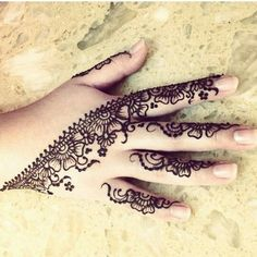 Mehendi is mostly used to make beautiful floral designs or tattoos on different parts of the body. Here I am sharing some beautiful mehndi designs for fingers Mehndi Tattoo, Henna Mehndi, Arte Mehndi, Henna Tatoos, Henna Ink, Henna Body Art, Mehndi Art, Henna Tattoo Designs, Mehendi