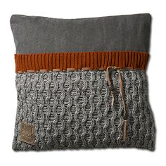 Stoer kussen 50x50 gebreid met rode rand uit onze Knit Factory collectie. Nu ook te bestellen via onze webshop shop4kussens.nl