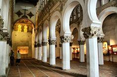 No es la Mezquita de Córdoba, aunque por sus largas columnatas te lo pueda parecer. Se trata de la Sinagoga Santa María la Blanca, que fue construida en Toledo en el siglo XII, pero que fue encargada a artesanos musulmanes procedentes de Córdoba. Una visita curiosa e imprescindible en Toledo.