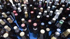 Origineel huwelijkscadeau: 3420 bierflesjes in de tuin